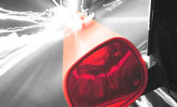 Das Bild zeigt einen Autoaussenspiegel in Richtung Horiziont